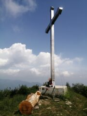 Croce e nuova panchina in vetta
