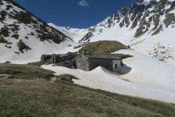 il bivacco Moline con il Col d'Annibal sullo sfondo