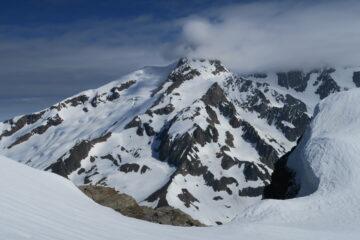 l'Aiguille des Glaciers con la testa tra le nuvole
