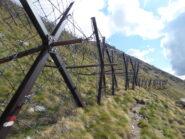 suggestivo tratto di sentiero lungo i paravalanghe