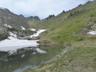 discesa dal colle della Garda (in alto al centro) al laghetto Gombetta