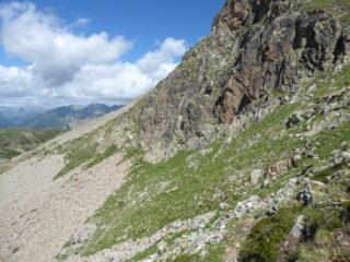 tratto di sentiero alla base della bastionata rocciosa
