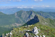 Il piccolo ometto di vetta,Rocca Vanciarampi sulla destra, l' abitato di Valdieri,sopra esso Il Saben e  il Pissousa