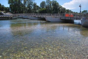 Ponte di chiatte visto sottocorrente