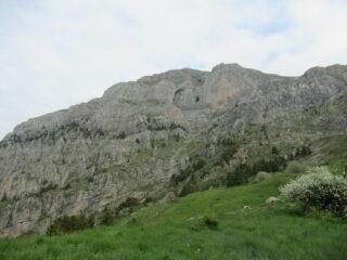 Rocce del Manco con il suo Garbo dove sotto passa il percorso.