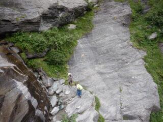 Corda fissa sulla cascata e placca con bolli gialli nell'avvicinamento