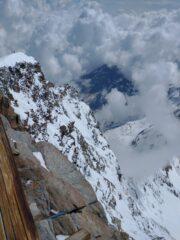 i pendii finali visti dalla capanna Margherita. Si esce sulla calotta, dove si vede un alpinista