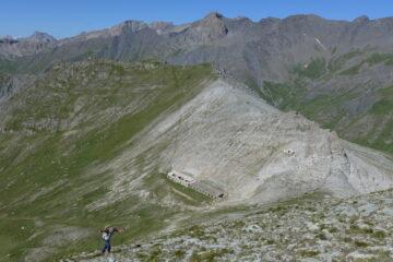 Salita sulla cresta con alle spalle la grande costruzione militare posta vicino al colle