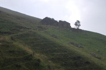 I ruderi di Alpone Superiore scendendo sul D16