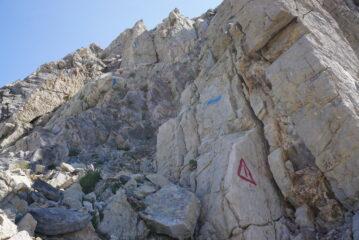 Il muretto che porta al Becco Grande Est. Non lasciarsi impressonare, ma stare rigorosamente sul percorso segnato in blu, la roccia lì è passabile, appena fuori si sgretola tutta.