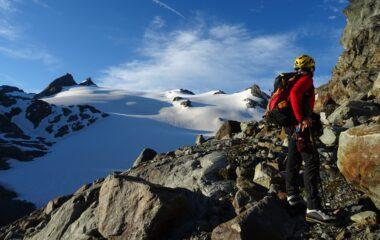 Salendo verso il ghiacciaio con panorama top sul gruppo del Rutor.