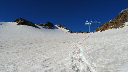 In rosso la traccia con in alto il pendio nevoso.