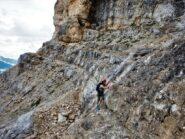 Patty sulla lunghissima cengia che atttraversa tutta la montagna