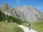l'arrivo al Colle del Preit, sullo sfondo il ripido canalone della Cima Ovest del Monte Cassorso