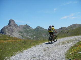 il lungo percorso sull'altopiano dominato da Rocca la Meja