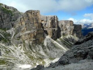 il bel percorso del 5 sotto le pareti rocciose