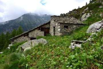 Alpeggio Pitout Lazouney sul sentiero di discesa verso Niel