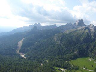 Vista verso le Cinque Torri e la Croda da Lago.