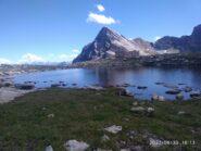 Il Chersogno visto dal laghetto delle Camoscere, poco sopra il bivacco, in uno splendido pomeriggio (foto A. Valfrè).