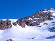 Per accedere al ghiacciaio si sale il canale di sx, al rientro lo si scia