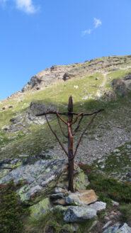 Un crocifisso ci indica la via crucis