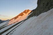 spunta il sole , il colletto che permette di passare sul versante francese è poco più a destra in ombra