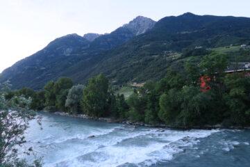 attraversamento della Dora al Pont Suaz, 3000 metri più in alto a sinistra della Becca di Nona si scorge l'Emilius