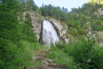 la cascata di Ponteille con il sentiero che sale a Comboé recentemente rimesso in ordine