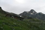 il rifugio Arbolle con la punta Garin alle spalle