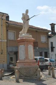 Il monumento in piazza a Palestro ai soldati zuavi in ricordo della battaglia del 1859