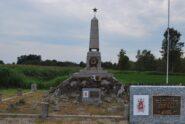 L'obelisco alla Sforzesca, con la targa commemorativa nel riquadro