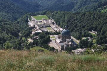 Il Santuario di Oropa visto salendo, all'uscita dal bosco presso l'Alpeggio del Giass Comune