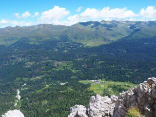 Il Passo di Monte Croce Colemico visto dalla cima.