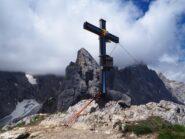 La bella croce di vetta con la Pala di Popera in secondo piano.