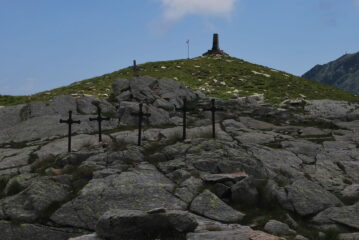 Al Pian della Ceva, con le Cinque Croci e il Cippo all'Artiglieria di Montagna