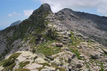 Si scende al Colle della Balma di Oropa, sullo sfondo il Monte Rosso