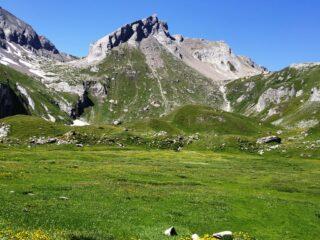 Lo spettacolo ai piedi dell' Aiguille de Bonalex dai prati dell'alpe omonima.