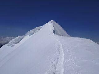 La cresta finale. Dall'ultimo fittone verso la cima.
