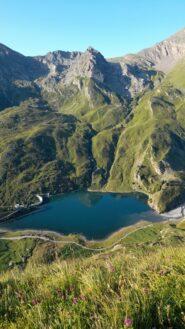 Il lago di Malciaussia visto salendo i ripidi pendii erbosi