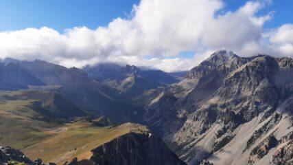 Verso l'alta Valle Stretta: dietro i Séru il Thabor è coperto dalle nubi