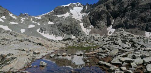 La punta Kurz si rispecchia nel laghetto