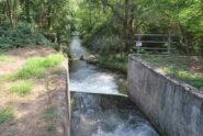 Poco dopo la partenza: il condotto proveniente dal partitore che riporta le acque nel letto originale della Biraga, che qui inizia il suo corso naturale