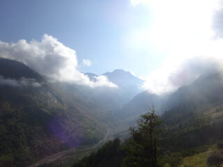 La valle sotto di noi poco dopo la partenza, con la nuvolaglia in parziale e progressivo diradamento