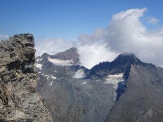 La Bessanese spunta dalla nuvolaglia di giornata