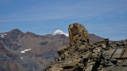 la cuspide sommitale e il Monte Bianco