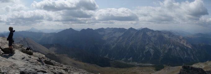 Panorama sulla valle Argentera (Punta Ramiere è la più a sx. della cresta in primo piano) e sullo sfondo il Monviso.