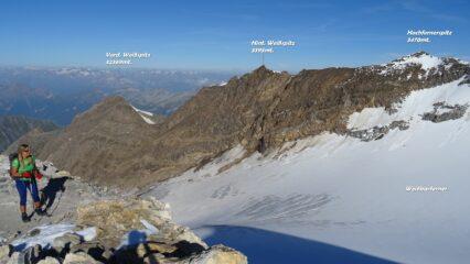 Sbuchiamo sulla cresta, il panorama si apre sulla valle glaciale sottostante.