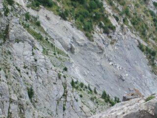 La frana che interrompe il sottostante Sentiero degli Alpini