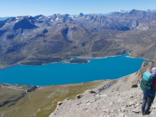 dalla cima una vista panoramica su lago e montagne circostanti