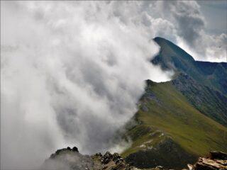 Il vento da SW argina le nebbie relegandole in val Po